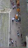 De mensen lopen op voetstraat in Chongqing, mening vanaf de bovenkant Stock Fotografie