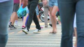 De mensen lopen over de weg in langzame motie stock videobeelden
