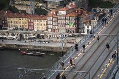 De mensen lopen over de dom luisbrug in de stad van porto, royalty-vrije stock foto