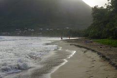 De mensen lopen over La Diamond Beach op 31 December, 2016, het Eiland van Martinique, minder Royalty-vrije Stock Foto