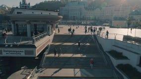 De mensen lopen rond het stadssatellietbeeld stock videobeelden