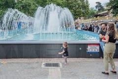 de mensen lopen rond pool bij Orhangazi-Vierkant in Slijmbeurs, Turkije royalty-vrije stock foto's