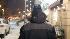 De mensen lopen sneeuwstad stock video