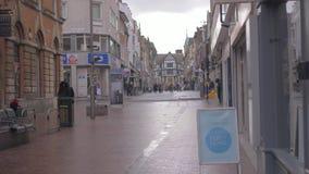 De mensen lopen de stad in in Leicester in een bewolkte ochtend stock videobeelden
