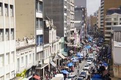 De mensen lopen in straat 25 Maart, stad Sao Paulo, Brazilië Stock Foto