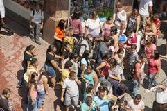 De mensen lopen in straat 25 Maart, stad Sao Paulo, Brazilië Stock Afbeeldingen