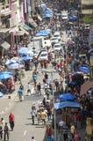 De mensen lopen in straat 25 Maart, stad Sao Paulo, Brazilië Stock Foto's