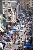 De mensen lopen in straat 25 Maart, stad Sao Paulo, Brazilië Royalty-vrije Stock Afbeeldingen