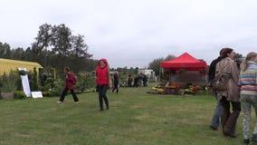 De mensen lopen tussen installaties in botanische festivalmarkt stock video