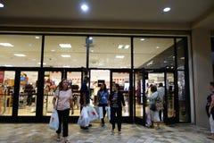 De mensen lopen uit de opslag van Macy met het winkelen zakken op Grijze thurs stock fotografie