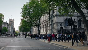De mensen lopen voorbij Nr 10 Downing Street stock video
