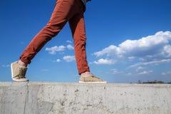 De mensen lopen wijd op de concrete muur op het niveau van wit c Royalty-vrije Stock Afbeelding