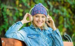 De mensen luisteren aan audiobooks van mobiele apparaat en computer moderne technologie in plaats van lezing Audioboek Luister royalty-vrije stock fotografie