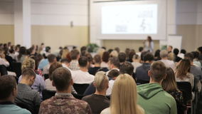 De mensen luisteren aan spreker IT technologieën, achtermenings algemeen plan Sluit omhoog binnen van de moderne bouw stock footage