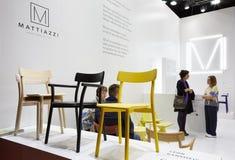 De mensen in Mattiazzi bevinden zich tijdens Salone del Mobile Stock Fotografie