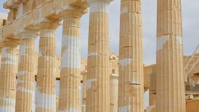 De mensen met kinderenreis, bekijken oude kolommen, blijven van Parthenon-tempel stock videobeelden