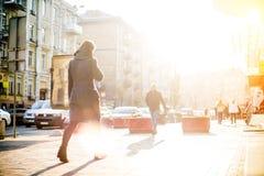 De mensen met onherkenbare gezichten lopen door de straten stock afbeelding