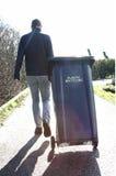 De mensen met plastiek recycleren bak stock foto's