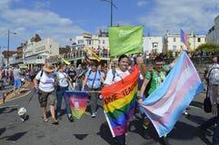 De mensen met vlaggen en banners treden in de kleurrijke Vrolijke de trotsparade van Margate toe Royalty-vrije Stock Fotografie