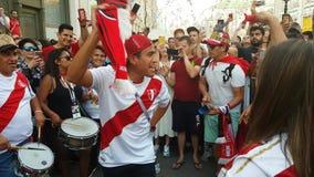 De mensen in nationaal het voetbalteam van Peru dragen stock video