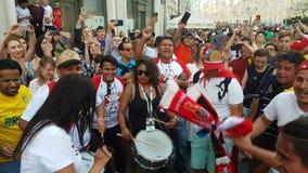 De mensen in nationaal het voetbalteam van Peru dragen stock videobeelden