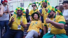 De mensen in nationaal voetbalteam dragen stock video