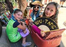 De mensen nemen aan de 36ste jaarlijkse Meerminparade deel in Coney Island stock afbeeldingen