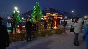 De mensen nemen beelden bij feestelijk samenstellings Gelukkig Nieuwjaar Geschoten op Canon 5D Mark II met Eerste l-Lenzen stock footage