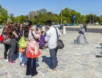 De mensen nemen beelden van actoren in Wenen bij het Koninklijke paleis stock afbeeldingen