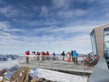 De mensen nemen beelden van de Alpen Stock Foto's