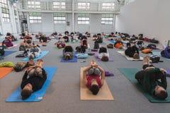 De mensen nemen een klasse bij Yogafestival 2014 in Milaan, Italië Stock Foto's