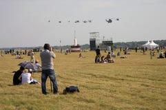 De mensen nemen foto's van helikopters bij de Internationale Ruimtevaartsalon van MAKS Stock Fotografie