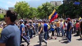 De mensen nemen de straten in het vierkante wachten van Altamira voor tussentijdse voorzitter Juan Guaido en militar krachten om  stock video
