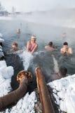 De mensen nemen thermische baden in pool met thermisch water Stock Foto's