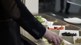 De mensen nemen voedsel bij buffet stock videobeelden