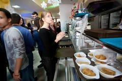 De mensen nemen voedsel bij eetkamer Royalty-vrije Stock Foto's