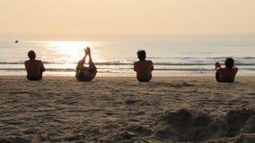 De mensen oefenen ochtend op het strand uit stock videobeelden