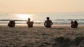De mensen oefenen ochtend op het strand uit stock footage
