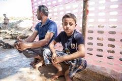 De mensen in officieuze vluchteling kamperen Royalty-vrije Stock Foto