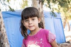 De mensen in officieuze vluchteling kamperen Stock Afbeeldingen