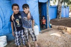De mensen in officieuze vluchteling kamperen Royalty-vrije Stock Foto's