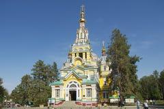 De mensen onderzoeken de Beklimmingskathedraal in Alma Ata, Kazachstan Royalty-vrije Stock Foto's
