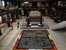 De mensen onderzoeken het Hawaiiaanse Tentoongestelde voorwerp van de Zaal Stock Afbeelding