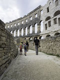 De mensen onderzoeken het oude amfitheater Stock Foto