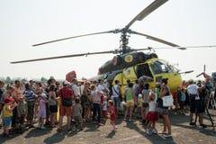 De mensen onderzoeken de Ka-32T helikopter royalty-vrije stock fotografie