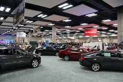 De mensen onderzoeken Nissan en Infiniti-auto's op vertoning Stock Foto's