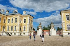 De mensen onderzoeken Rundale-paleis in Pilsrundale, Letland stock afbeelding