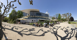 De mensen ontspannen bij de bank van rivierleiding in Nizza-tuinen Royalty-vrije Stock Foto