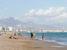 De mensen ontspannen bij het strand Alicante Royalty-vrije Stock Fotografie
