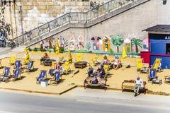 De mensen ontspannen bij het strand van het Danuvia-kanaal in Wenen Stock Fotografie